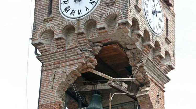"""L'antica torre dell'orologio di Novi di Modena nella zona """"rossa"""", gia' pericolante per il sisma dei giorni scorsi, e' crollata dopo la scossa di 5.1 avvertita alle 21,20, 3 giugno 2012. ANSA/ELISABETTA BARACCHI"""